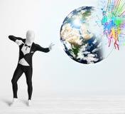 O homem engraçado no terno do corpo que olha colorido chapinha a terra Imagens de Stock