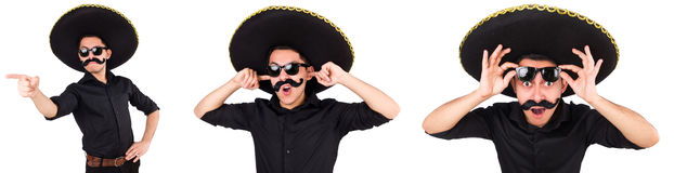 O homem engraçado que veste o chapéu mexicano do sombreiro isolado no branco foto de stock royalty free