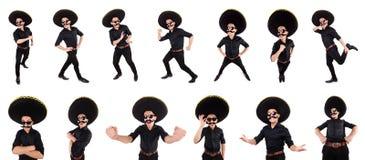 O homem engraçado que veste o chapéu mexicano do sombreiro isolado no branco Fotos de Stock