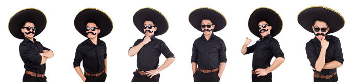 O homem engraçado que veste o chapéu mexicano do sombreiro isolado no branco Imagens de Stock