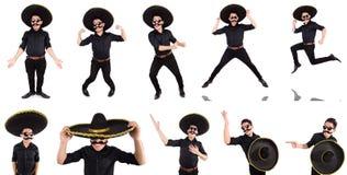 O homem engraçado que veste o chapéu mexicano do sombreiro isolado no branco Imagem de Stock