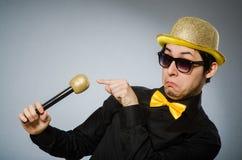 O homem engraçado com o mic no conceito do karaoke Fotografia de Stock
