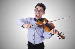 O homem engraçado com o violino no branco Imagens de Stock