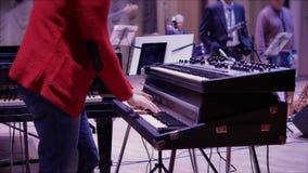 O homem ensaia o jogo da música no teclado de piano em Jazz Concert 4K vídeos de arquivo