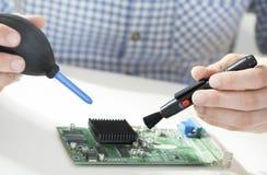 O homem entrega o processador da limpeza Fotos de Stock Royalty Free