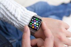 O homem entrega o relógio esperto do toque com apps dos ícones da tela home Fotografia de Stock Royalty Free