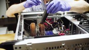 O homem entrega o sistema informático da limpeza da poeira fotos de stock