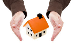 O homem entrega a terra arrendada a casa pequena Foto de Stock