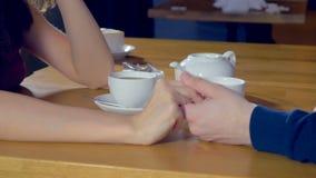 O homem entrega toma uma mão da jovem mulher Romance, conceito do amor video estoque