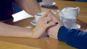 O homem entrega toma uma mão da jovem mulher Romance, conceito do amor filme