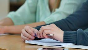 O homem entregar a tarefa de escrita quando exame Imagem de Stock