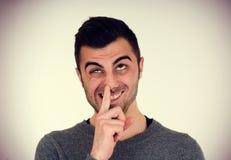 O homem escolhe seu nariz Imagens de Stock