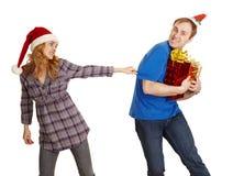 O homem esconde todos os presentes do Natal da mulher Fotos de Stock Royalty Free