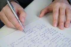 O homem escreve a letra imagens de stock royalty free