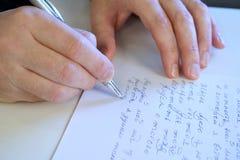 O homem escreve a letra fotografia de stock