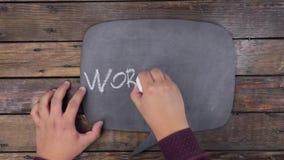 O homem escreve a palavra OFICINA com giz em um quadro, estilizado como um pensamento video estoque