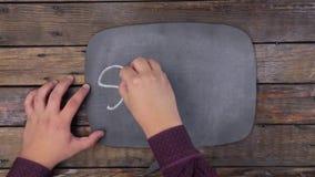 O homem escreve a palavra PARTIDA com giz em um quadro, estilizado como um pensamento filme