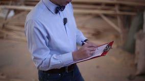 O homem escreve uma pena em um pedaço de papel video estoque