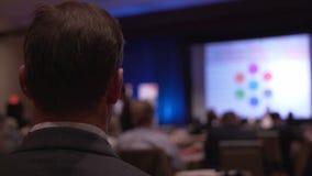 O homem escuta em uma conferência