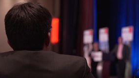 O homem escuta a leitura em uma conferência vídeos de arquivo