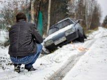O homem esmagou seu carro Foto de Stock Royalty Free