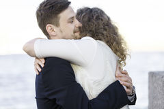 O homem está abraçando uma mulher Foto de Stock Royalty Free