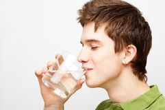 O homem está bebendo a água mineral Imagens de Stock