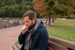 O homem está com o frio ou a gripe O homem tem o frio da captura Foto de Stock Royalty Free