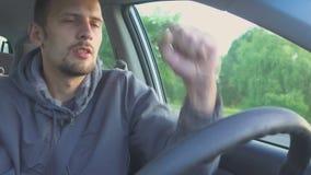o homem está conduzindo e está dançando Excitador bêbedo Perigo na estrada filme