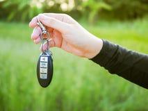 O homem está dando a chave do carro à mulher Fotos de Stock Royalty Free