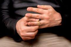 O homem está decolando sua aliança de casamento - divorcie-se o conceito imagem de stock royalty free