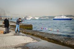 O homem está disparando em ballons em Istambul, Turquia Fotografia de Stock Royalty Free