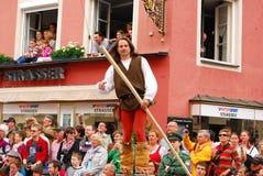 O homem está em pernas de pau durante casamentos de Landshut Imagens de Stock Royalty Free
