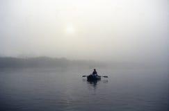 O homem está em um barco Foto de Stock