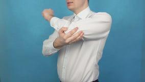 O homem está experimentando a dor na junção de cotovelo da artrite ou da osteodistrofia Ferimento do braço devido ao trabalho a l filme