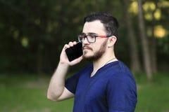 O homem está falando no telefone Imagem de Stock