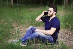 O homem está falando no telefone Foto de Stock
