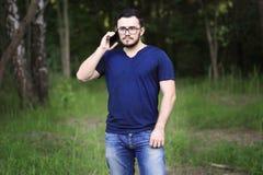 O homem está falando no telefone Fotos de Stock