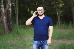 O homem está falando no telefone Foto de Stock Royalty Free