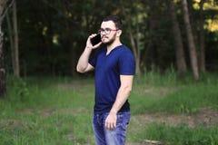 O homem está falando no telefone Imagem de Stock Royalty Free