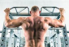 O homem está fazendo seu exercício no gym fotografia de stock