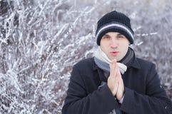 O homem está frio fotos de stock royalty free