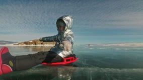 O homem está girando a mulher no gelo O pai gerencie sua filha e sua mãe em um gelo A família tem o divertimento e o tempo dos es video estoque