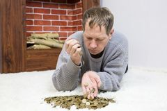 O homem está guardando moedas fotografia de stock
