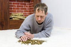 O homem está guardando moedas foto de stock