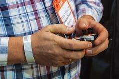 O homem está guardando o manche na expo 2016 da robótica Imagens de Stock