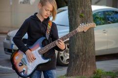 O homem está jogando a guitarra Foto de Stock