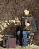 O homem está jogando o acordeão exterior em Krakow, Polônia Foto de Stock Royalty Free