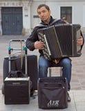 O homem está jogando o acordeão exterior em Krakow, Polônia Imagem de Stock Royalty Free