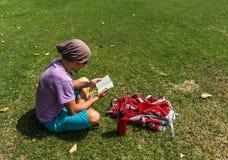 O homem está lendo suas notas exteriores Imagem de Stock Royalty Free